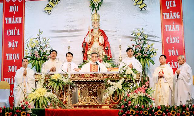 GH. Phêrô Kiên Lao mừng quan thầy và công trình nhà thờ