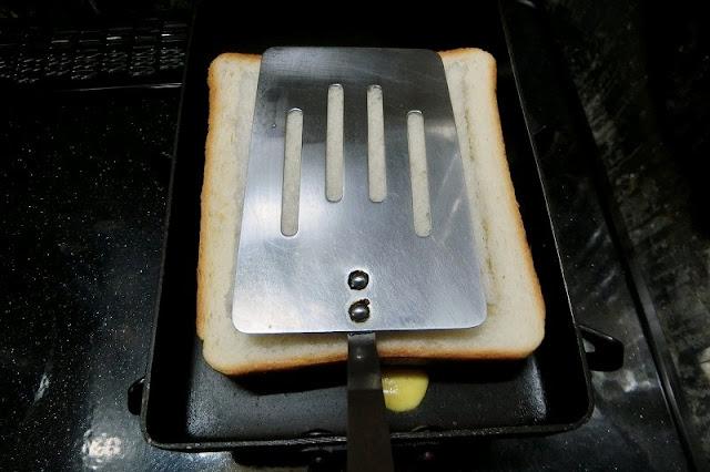 フライ返しで軽く押し付け、焼けたらひっくり返して1分焼く
