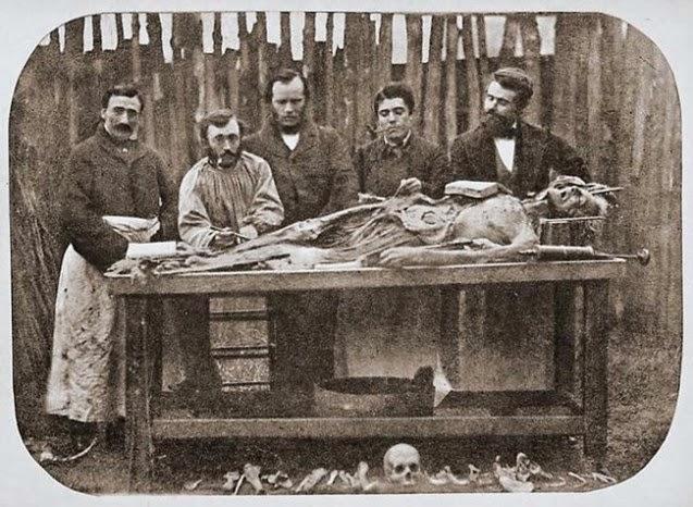 Antiguas fotos de estudiantes de medicina con cadáveres.
