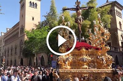 Cristo de la Sed el miercoles santo de sevilla de 2017 avanzando por la calle laraña y revirando a la calle orfila acompañado por la banda de cornetas y tambores rosario de cadiz