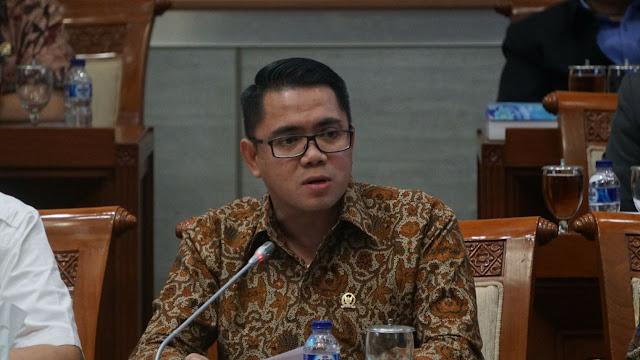 Arteria Dahlan Berondong Kapolri dengan Pertanyaan Titipan Fraksi PDIP