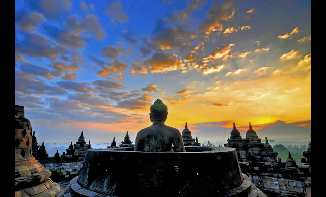 is i of the initiatory cultural centers of Java Beaches in Bali; Yogyakarta together with Borobudur Sunset