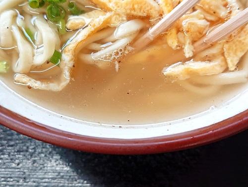 沖縄そばのスープの写真