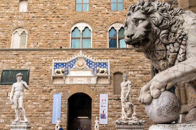 Estátuas na Piazza della Signoria em Florença na Itália