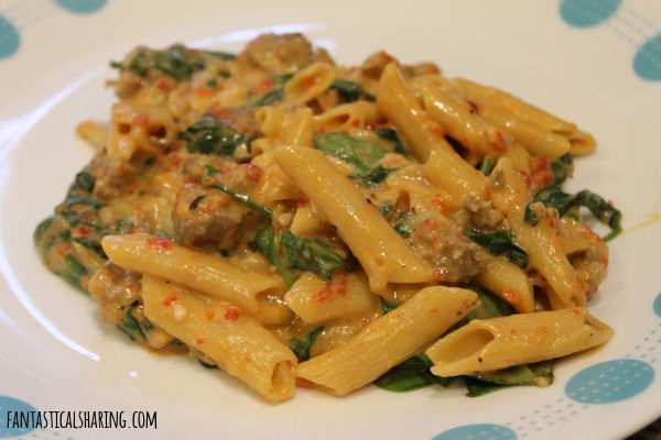 Roasted Red Pepper & Sausage Pasta // This one pot pasta dish has roasted red bell peppers, Italian sausage, and spinach in it! #recipe #sausage #onepot #pasta #under30minutes #spinach
