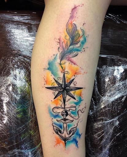 Esta é uma bela aquarela tatuagem de três coisas diferentes com significados diferentes. Normalmente, uma âncora significa lealdade e estabilidade, uma bússola poderia representar a direção e uma pena, geralmente, são símbolos de liberdade.