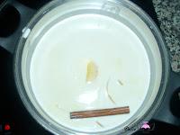 Leche con la canela y la cáscara de limón