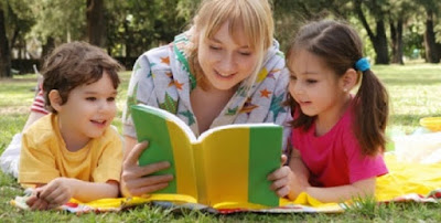 Pais lendo para os filhos no dia das crianças