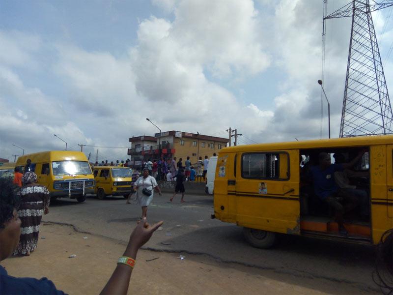 Youths block Lagos-Abeokuta express as customs kill four during chase