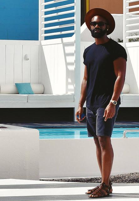 look masculino com sandália de couro