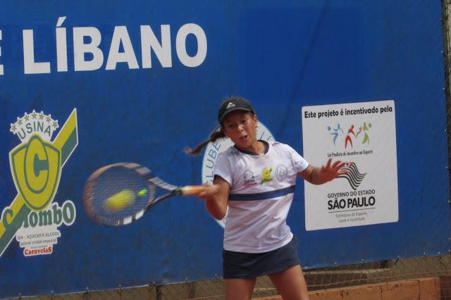 Tenista juvenil tenta vaga na chave principal do Brasileirão