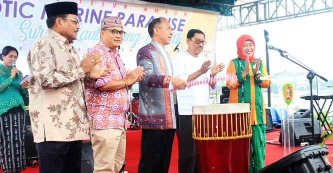 Gubernur Maluku, Said Assagaff meninjau penyelenggaraan pameran Festival Teluk Ambon 2017 yang berlangsung di taman Jembatan Merah Putih (JMP), Jumat (8/9).