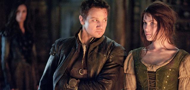 Jeremy Renner și Gemma Arterton, în rolurile celor doi fraţi războinicii din Hansel And Gretel: Witch Hunters