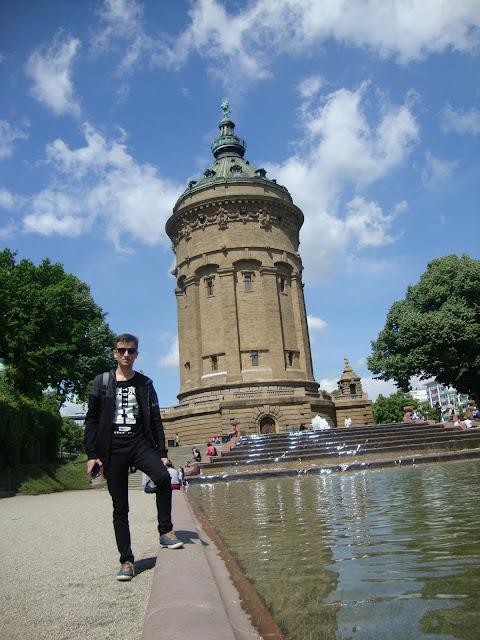 Harun İstenci Almanya'nın Baden-Württemberg eyaletinin Mannheim şehrinin simgesi Wasserturm'un önünde...