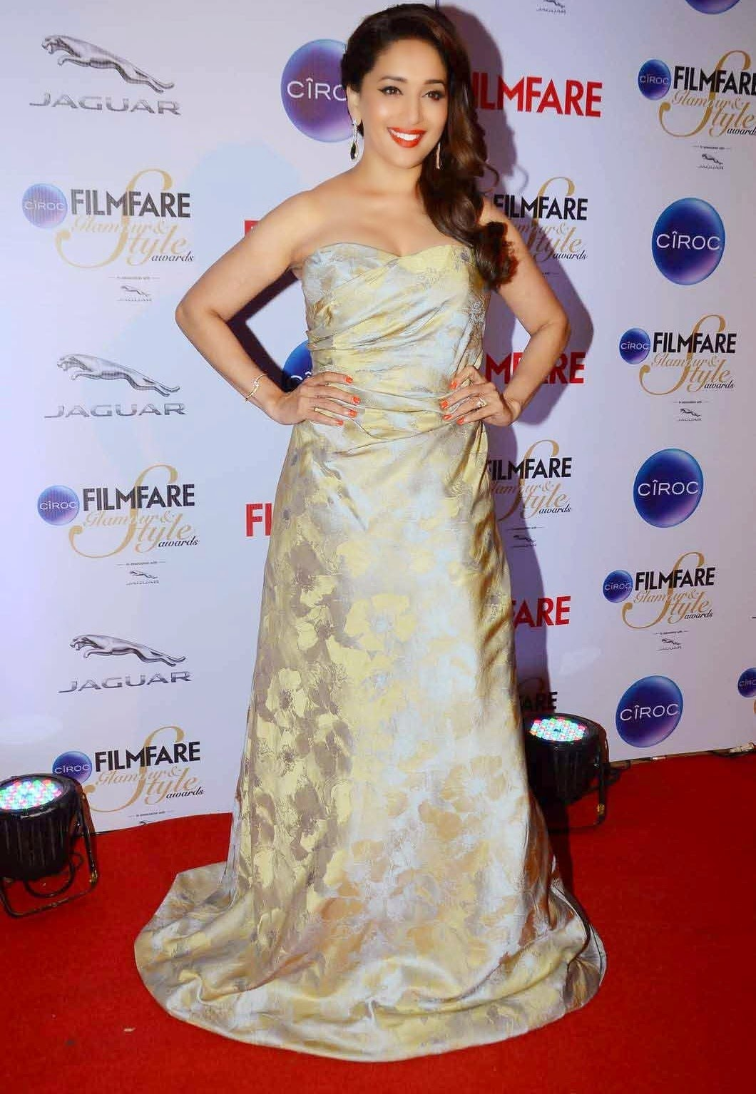 Madhuri Dixit Glamorous : Pics Filmfare Awards (2015 ... - photo#46