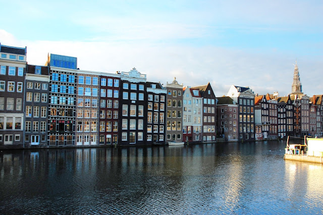 Amsterdam centrum miasta domki nad wodą