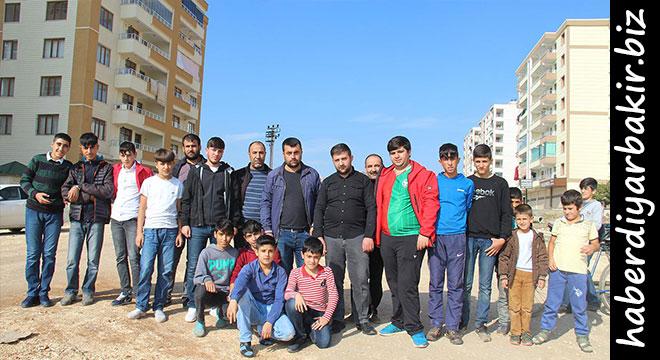 Diyarbakır'ın merkez Bağlar ilçesi Bağcılar Mahallesi Azadi Caddesi sakinleri, 5 yıldan beridir yollarının yapılmadığını ve mağdur olduklarını belirterek, kışın çamurdan, yazın ise tozdan geçilmeyen yollarının yapılmasını istediler. Yetkililer ise hava şartlarına göre yakın zamanda çalışma yapacaklarını kaydettiler.