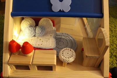 poduszki, kocyk i dywan na szydełku