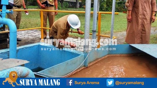Limbah salah satu Pabrik Gula di Malang sedang disidak karena laporan warga akan tercemarnya air kali metro (suryamalang.tribunnews.com)