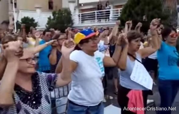 Evangélicos venezolanos orando ante protestas