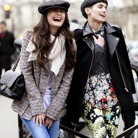 fcaeaadb195 Обратите внимание на пальто - черное кашемировое пальто с кожаной отделкой  + блузка и брюки с цветочной тематикой и поверх блузки укороченный  свитер-топ.