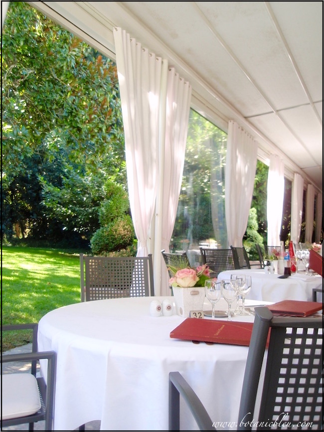l-orangerie-restaurant-terrace-tables-overlook-garden