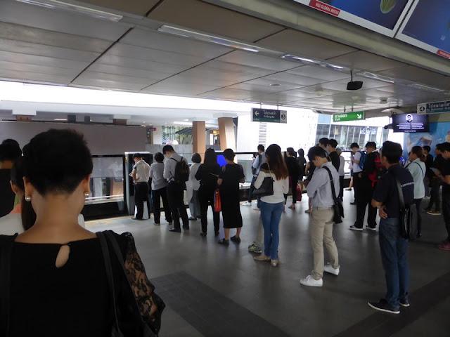 Filas para entrar en los vagones del Skytrain de Bangkok. Como en Japón