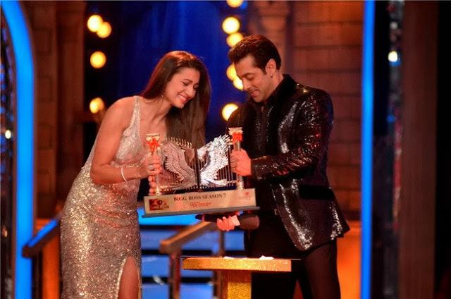 Gauhar Khan receiving Bigg Boss Season 7 winning trophy by Salman Khan