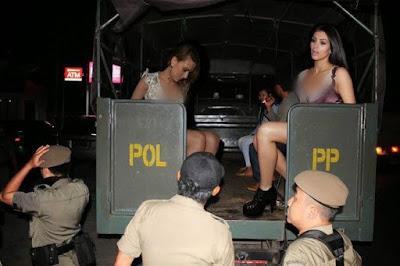 Scarlett Johansson dan Kim Kardashian diangkut dengan mobil satpol PP