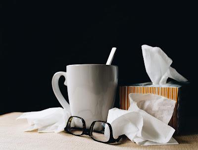 Pañuelos de papel, infusión y gafas