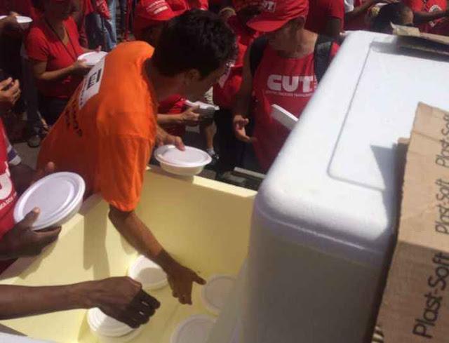 Marmita, pão com mortadela e água são distribuídas aos manifestantes em ato pró governo Dilma