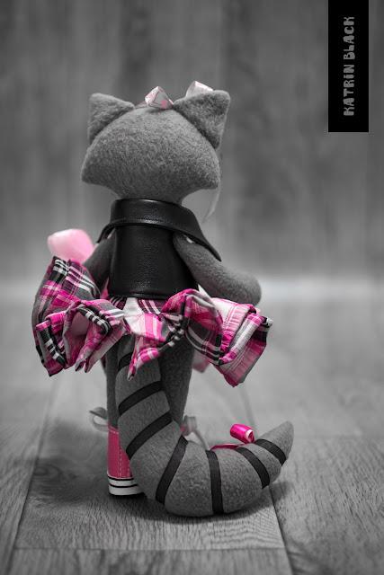 Интерьерная игрушка - енот в косухе и розовых кедах. Игрушка ручной работы.