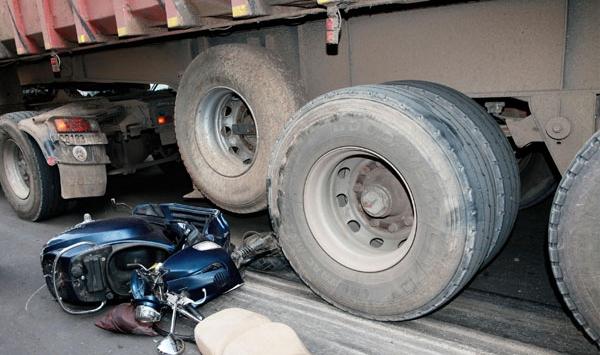 وفاة شاب إثر إصطدام دراجته النارية بشاحنة