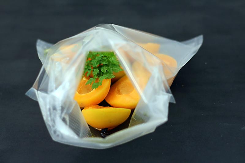 Aprikosen mit geräuchertem Pfeffer und Kerbel sous vide | Arthurs Tochter Kocht von Astrid Paul