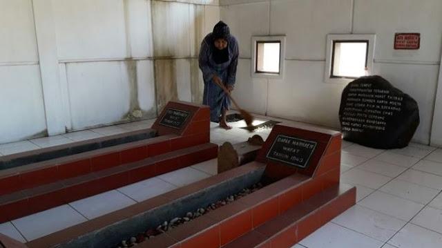 Cerita Sosok Berjubah Hitam Setiap Malam Jumat Kliwon di Makam Marhaen