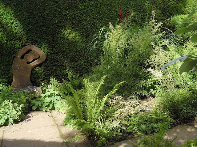 rzeźba w ogrodzie, cienisty zakątek