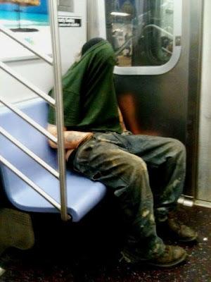 hombres que fingen dormir en asientos reservados