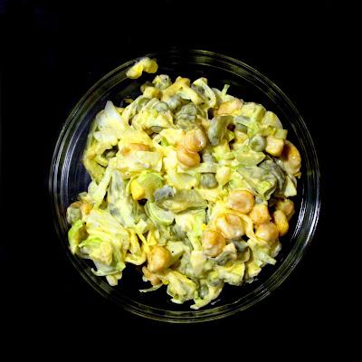 Sałatka z pora z kukurydzą, groszkiem i jajkiem
