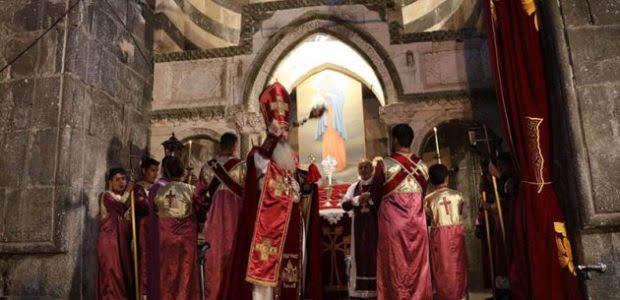 Ceremonia religiosa en el monasterio de San Thaddeus en Irán