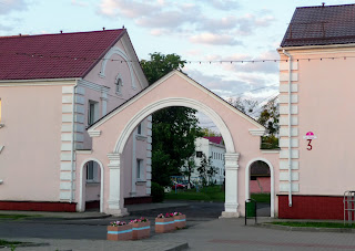 Лунинець. Площа Леніна, 3. Арка