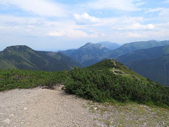 Zejście ze szczytu Grzesia. Przed nami niższy wierzchołek góry zwany Kruźlikiem.
