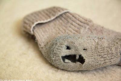 Lustige schmutzige Socke mit Loch