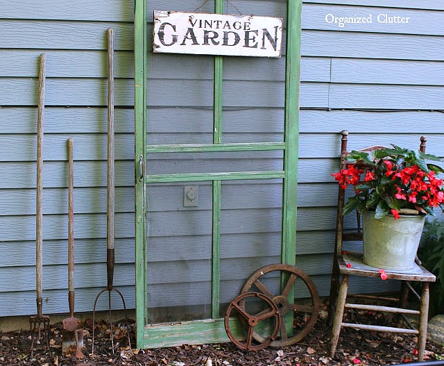 Backdrops for Junk Gardens & Foundation Plantings #junkgarden #gardenjunk #screendoors #vintage