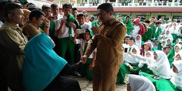 Pakaian Tak Sopan. Oknum Guru SMA ini Di Demo. Lihat Fotonya ni...
