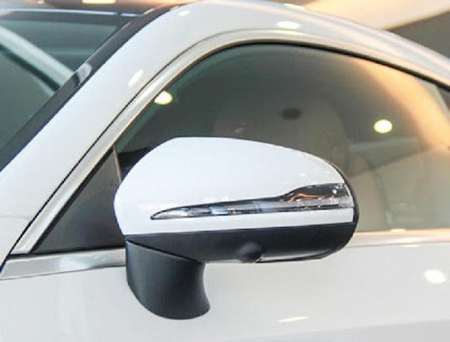 Gương chiếu hậu Mercedes C300 Coupe thiết kế thể thao, được gắn trên cửa xe