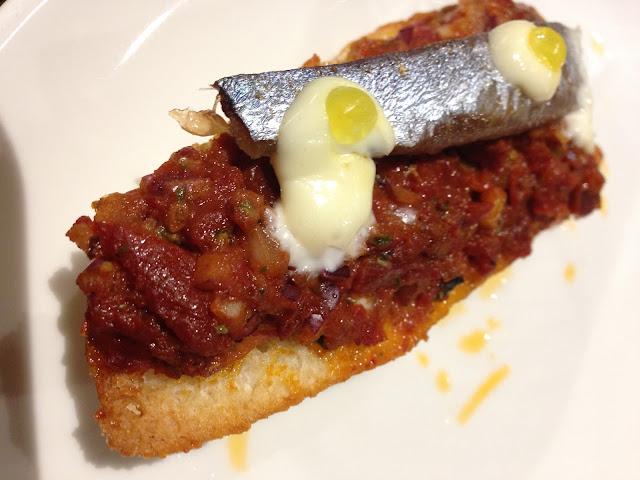Tosta de pimientos secos, sardina marinada, ali-oli y lima