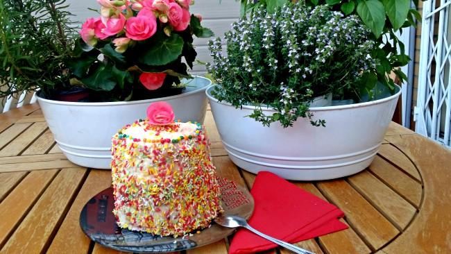 Una tarta pequeña y alta decorada con caramelos de chocolate