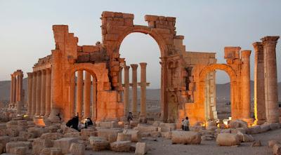 Αισιόδοξος ότι θα ανακατασκευαστούν οι κατεστραμμένοι ναοί στην Παλμύρα ο διευθυντής Αρχαιοτήτων της Συρίας