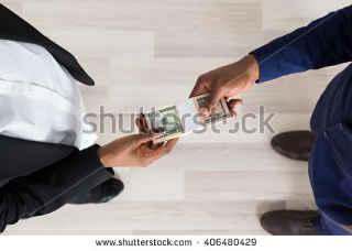 """Investidor Inglês recebendo seu """"super"""" pagamento."""