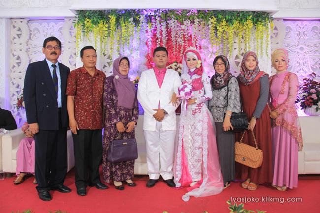Foto Liputan Pernikahan Tyas & Joko | Bag.9 - Pose Foto Keluarga & Kerabat 3 Pada Resepsi Pernikahan Tyas & joko 10 Juli 2016 | Klikmg.com Fotografer Pernikahan Purwokerto